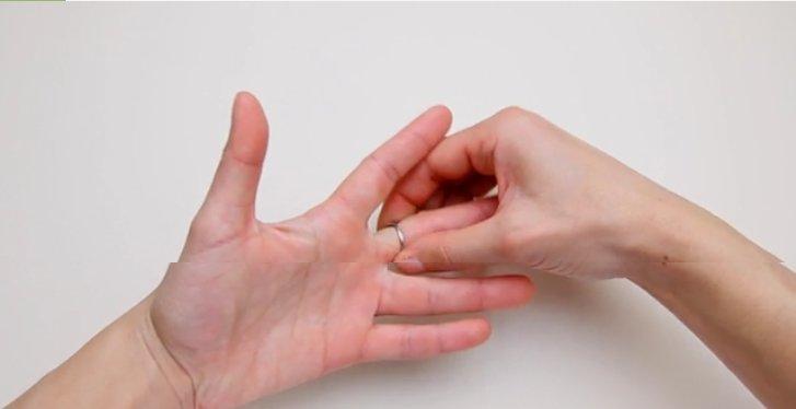 cara melepas cincin perak di jari